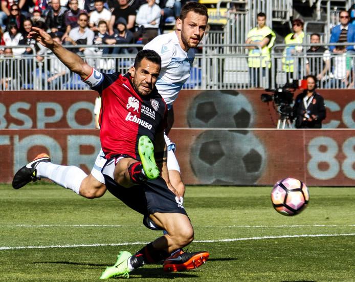 Stefan de Vrij in actie tegen aanvaller Marco Sau van Cagliari.