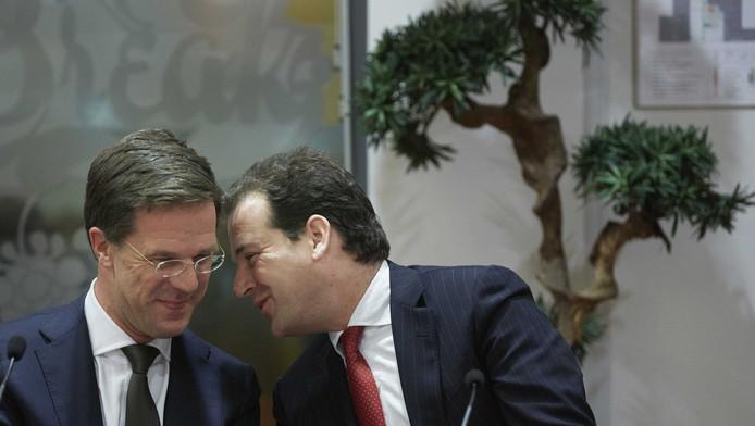 Premier Mark Rutte (L) en minister Lodewijk Asscher van Sociale Zaken tijdens de presentatie van het sociaal akkoord gesloten met werkgevers en vakbonden.