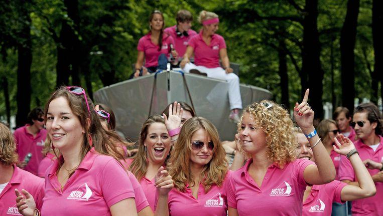 Studentenverenigingen presenteren zich met muziek en uitgedoste wagens op de straatparade langs de Maliebaan in Utrecht. Beeld null