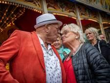 Al 57 jaar een verliefde zoen in de rups op de Roosendaalse kermis