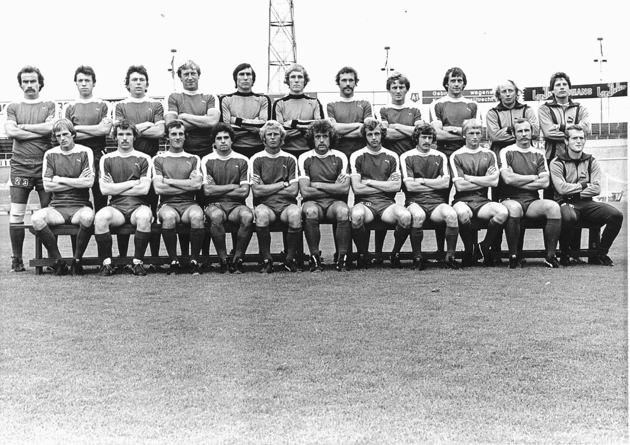 De selectie van FC Utrecht in 1977, met staand als zesde van links Blagoje Istatov. Naast hem Hans van Breukelen.
