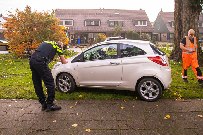 De politie inspecteert de Ford Ka