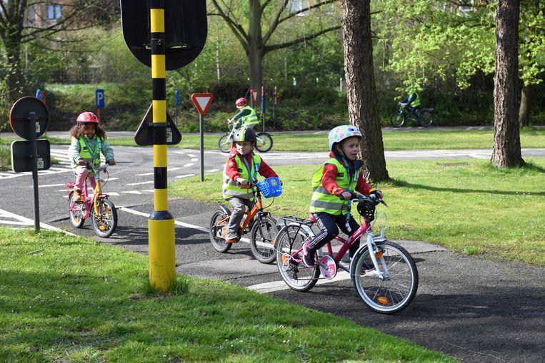 Kindjes krijgen verkeerslessen van de politie in het Provinciaal Domein in Kessel-Lo.