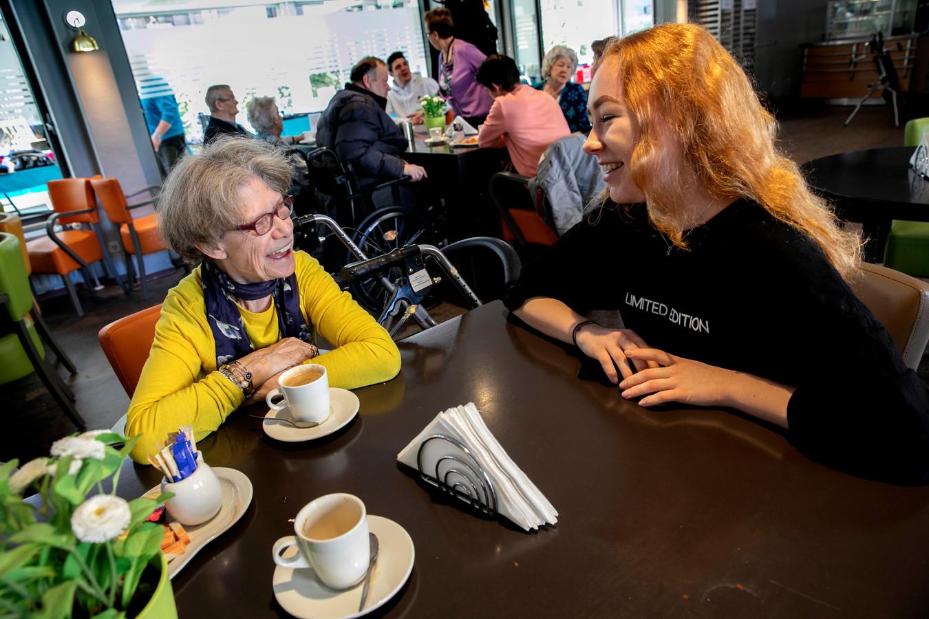 Emmy Roeraade (l) in gesprek met een van de leerlingen van het SintLucas die bij Vitalis langskwamen voor een praatje.