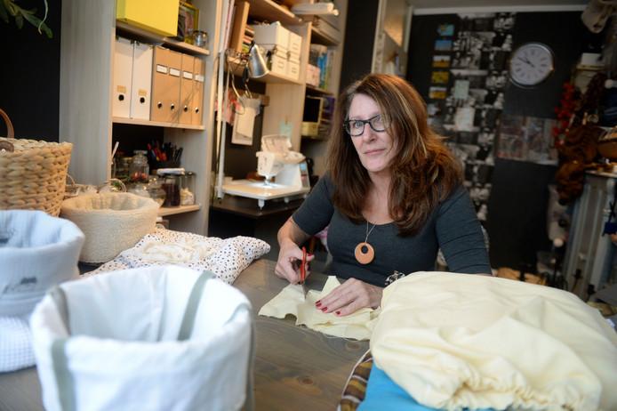 Jenny Hilberink maakt al haar creaties in een werkkamer thuis en is inmiddels een jaar bezig met Zo Vergeet Ik Je Niet.