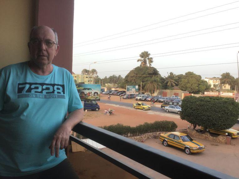 Leo Vervloet op het balkon van het appartement in Gambia waar hij verblijft.