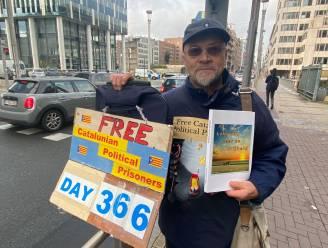 """Alex (70) voert al een jaar actie voor vrijlating van Catalaanse gevangenen: """"Hopelijk hou ik het vol tot mijn tachtigste"""""""