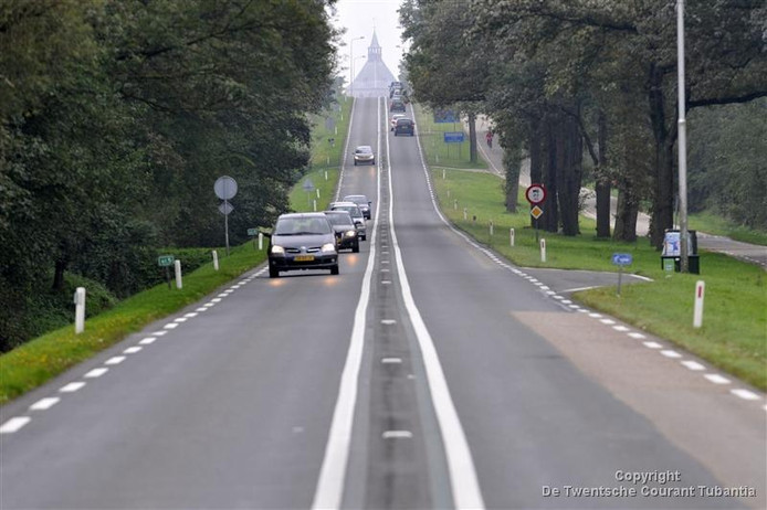 Een slinger in de weg moet er voor gaan zorgen dat automobilisten die vanuit Denekamp Oldenzaal inrijden hun snelheid gaan verlagen bij het naderen van de rotonde met de N 342.