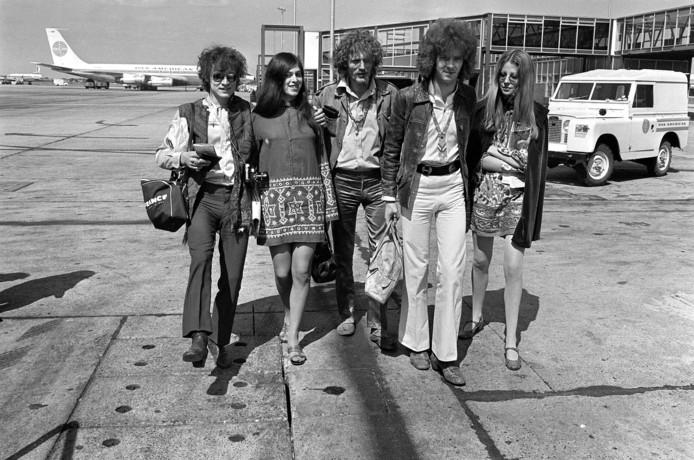 Jack Bruce, une anonyme, Ginger Baker, Eric Clapton et une autre anonyme avant la tournée américaine de Cream en 1967.
