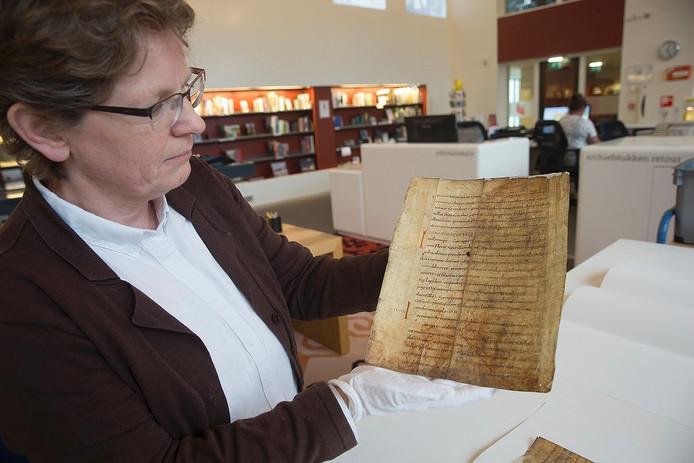 Femia Siero laat het historische document zien dat in het Erfgoedcentrum Achterhoek & Liemers is gevonden.