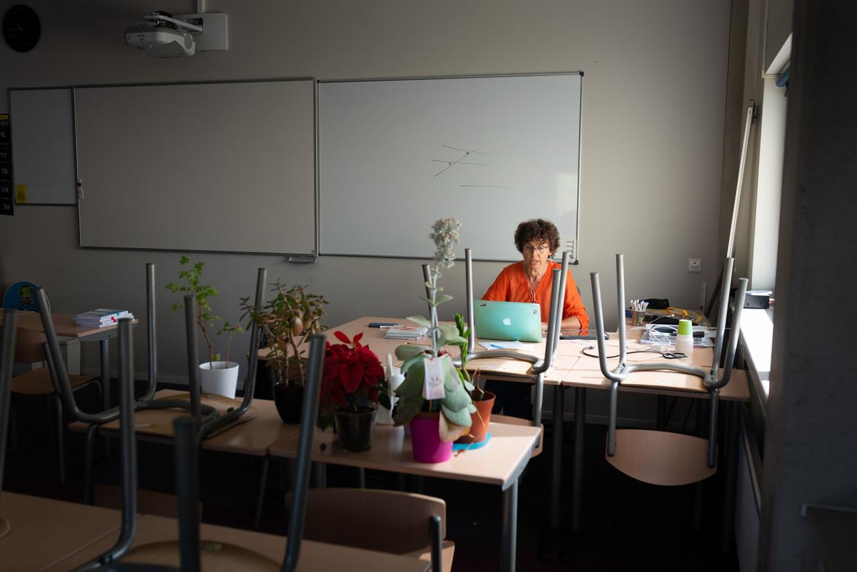 Een docent wiskunde geeft online les vanuit haar klaslokaal. Vanwege de maatregelen rond de coronacrisis is haar school gesloten voor leerlingen. Beeld Hollandse Hoogte / Theo van Pelt