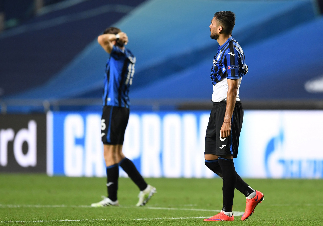 De trieste aftocht van de Atalanta-spelers.