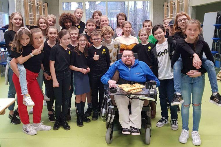 De leerlingen van De Schatkist uit Erondegem steunden met hun wafelbak de vzw Powerchair Hockey Foundation.