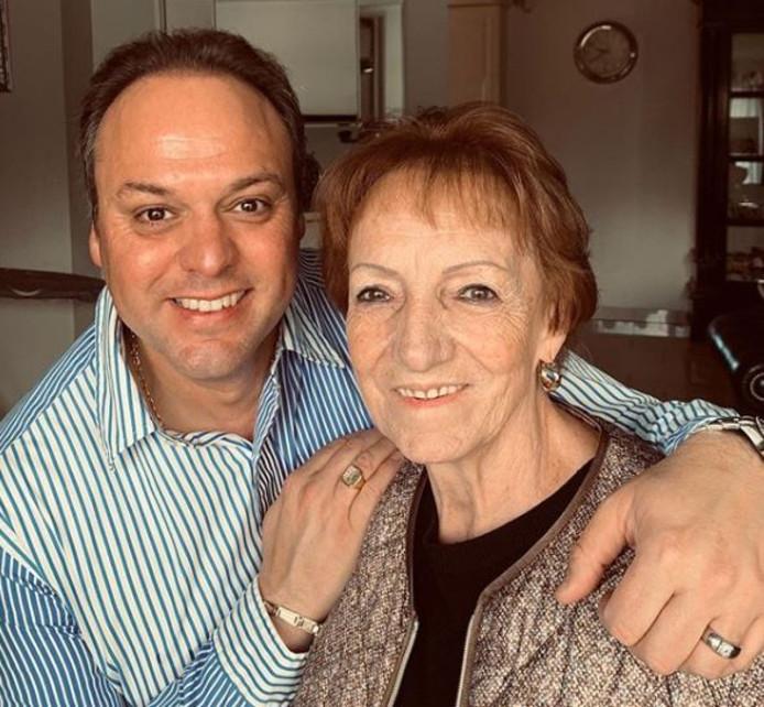 Frans Bauer en zijn moeder.