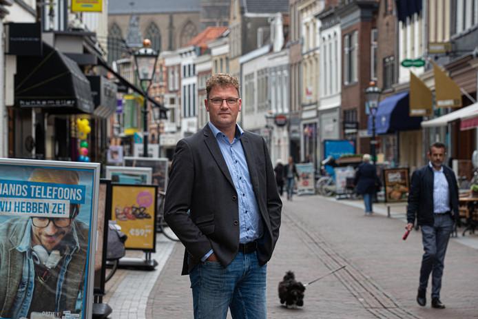 Leo Hoksbergen in de Oudestraat in Kampen.