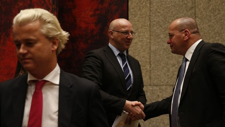 Staatssecretaris Fred Teeven (rechts) van Veiligheid en Justitie schudt handen met PVV-Kamerlid Sietse Fritsma (midden) na afloop van het debat over de zaak-Dolmatov in de Tweede Kamer. Links PVV-leider Geert Wilders. Beeld anp