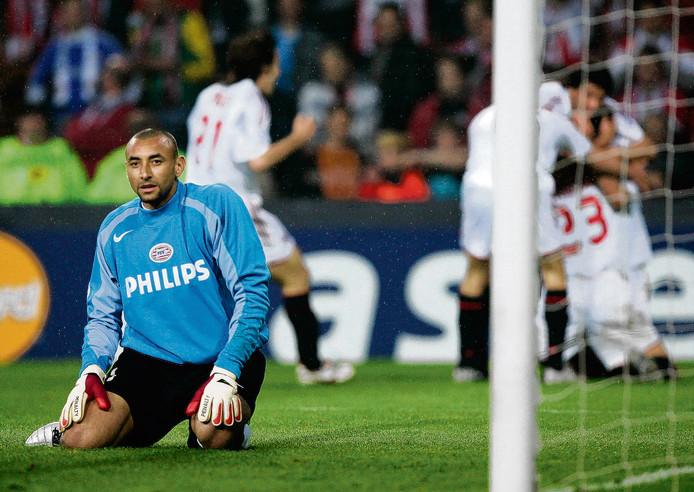 Heurelho Gomes beseft dat PSV niet naar de finale gaat. op de achtergrond viert AC Milan het doelpunt van Massimo Ambrosini.