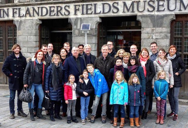 De familie De Vooght voor het museum In Flanders Fields in Ieper.