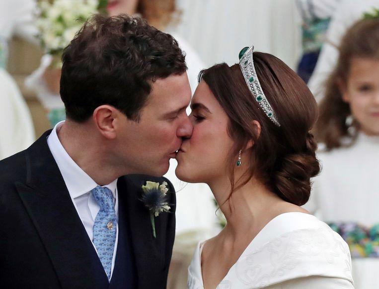 Prinses Eugenie en Jack Brooksbank kussen elkaar voor het eerst als man en vrouw.