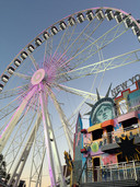 Het 55 meter hoge mega reuzenrad The View, hier in Leiden. Exploitanten met dergelijke dure attracties vallen het eerst om