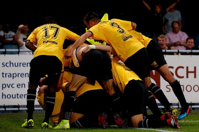 De spelers van NAC vieren een doelpunt.
