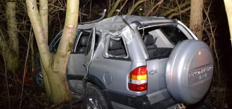 Auto belandt tussen de bomen op A325, twee mensen gewond geraakt