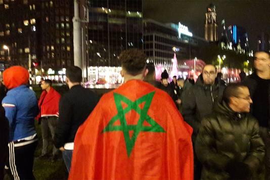Marokkaanse voetbalfans vieren feest op het Hofplein in Rotterdam.