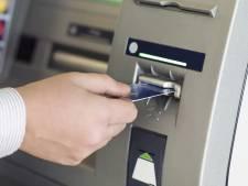 Dief steelt geld van pinnende man en rent langs het politiebureau in Bergen op Zoom: meteen opgepakt