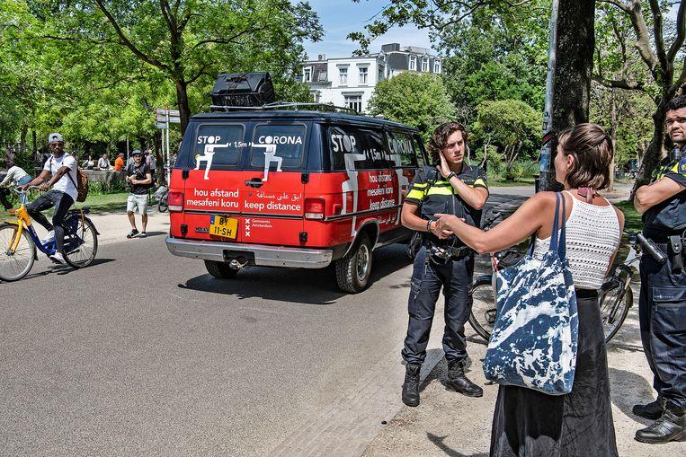 Drukte in het Vondelpark, Amsterdam, op Hemelvaartsdag. De middelen die een politieagent heeft, zoals een wapenstok, ontbeert de boa. Beeld Guus Dubbelman / de Volkskrant