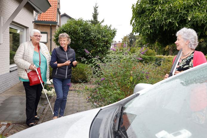 Paula van Tiel (links) gaat op pad met vrijwilligers van Vier het Leven, Trees de Blok-van Herpen en Ankie Stroo (rechts)