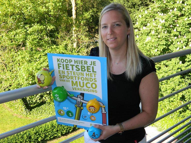Kelly Moerman verkoopt fietsbellen voor het sportfonds van de Muco-vereniging.