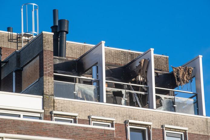 Op het balkon van de woning in Apeldoorn waar zondag brand woedde is het een dag later één grote ravage.