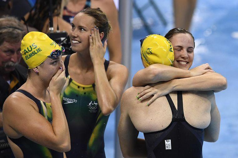 De Australische vrouwen vieren hun olympisch goud en wereldrecord. Beeld afp