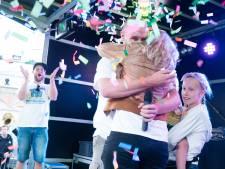 Verrassing: voorzitter vraagt tijdens huttenbouw vriendin ten huwelijk