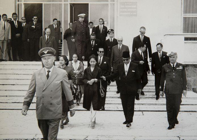 Bert van Haarlem, voorop, haalt na de oorlog de Indonesische president Soekarno op in Rome. Van Haarlem vloog met Soekarno naar Eindhoven, waar hij besprekingen voerde bij Philips.