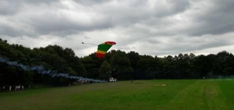 Tachtig parachutisten springen boven Brabant, maar niet iedereen: 'Balen natuurlijk'
