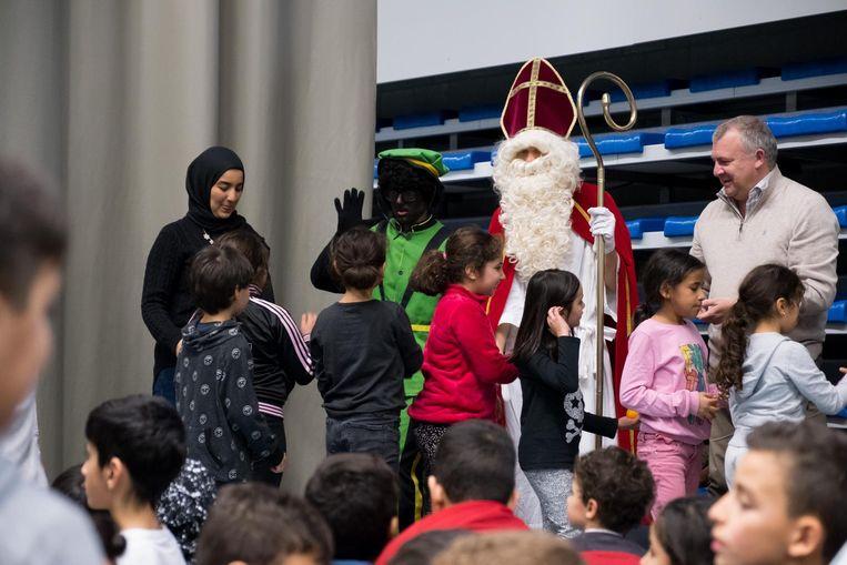 De Sint kwam met de 'fruitmobiel' naar sporthal De Plaon.