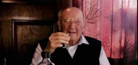 Piet (103) overleeft corona en geniet thuis weer van een borreltje
