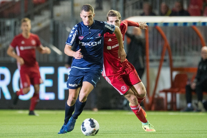 Jordy Thomassen houdt Javier Vet van de bal af.