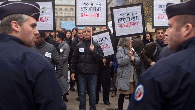 Pro-Scientologybetogers, in november 2011 in Parijs. De zaak tegen Scientology diende toen in hoger beroep. Beeld afp
