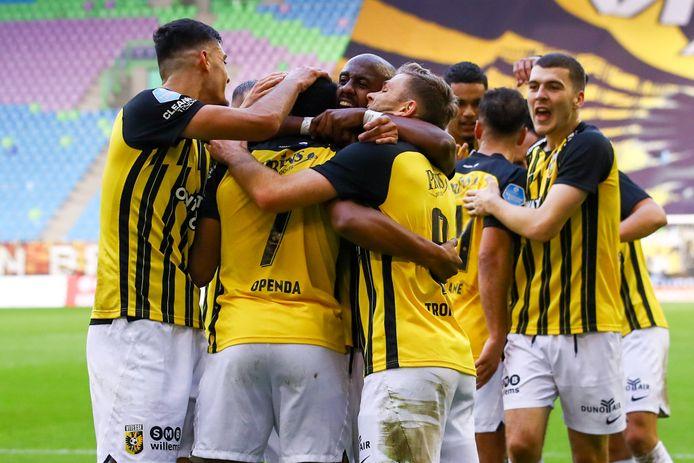 Vitesse viert feest, met een goal van Loïs Openda tegen FC Emmen.