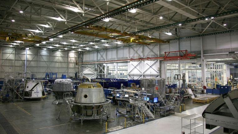 Drie Dragon-ruimtevaartuigen in aanbouw bij SpaceX. Beeld