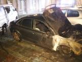 Metershoge vlammen bij autobrand Delft