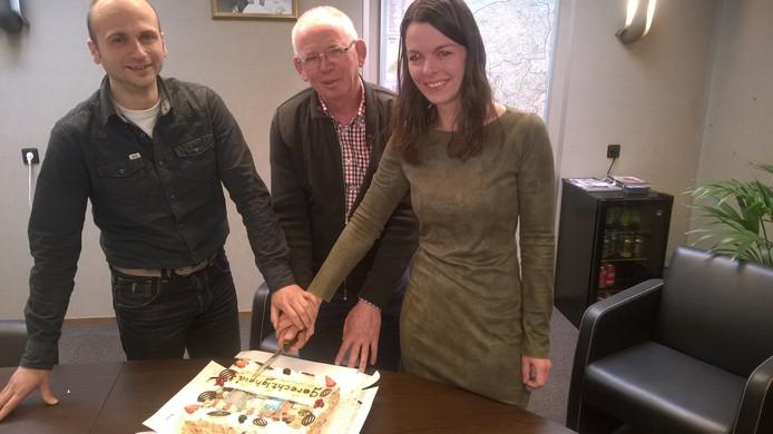 Varkensboer Willie van Gemert uit Helvoirt (midden) vierde de uitspraak van het gerechtshof inzake de Aujeszky-rente met een taart.