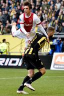 Nico Tagliafico in duel met Tim Matavz. Ajax verloor vorig seizoen zowel uit als thuis van Vitesse.