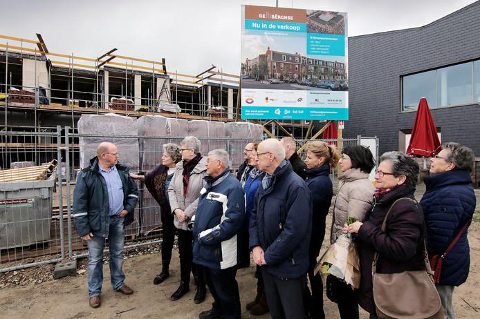Deze mensen stemden in met de koop van een appartement in het centrum van Berghem. Maar er blijken nu meer appartementen verkocht dan de bedoeling was.  <br />Foto Peter van Huijkelom