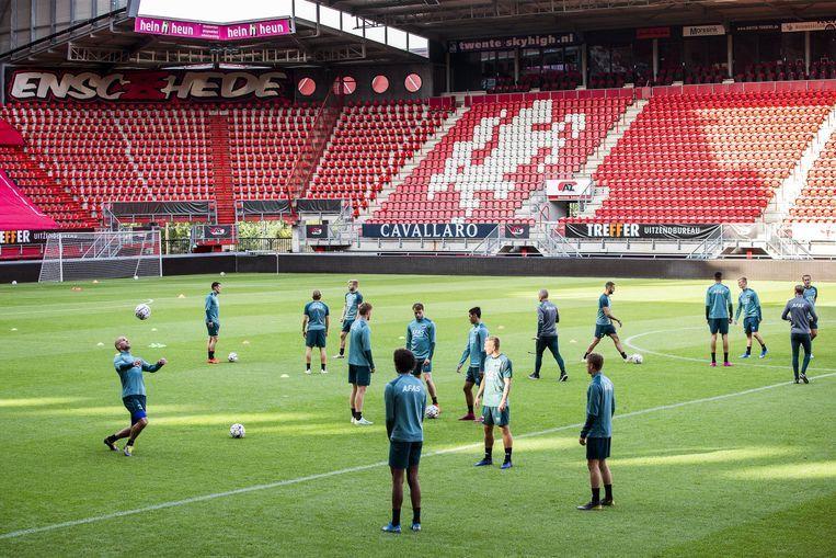 AZ-spelers trainen in De Grolsch Veste, het voetbalstadion van Enschede. Beeld EPA