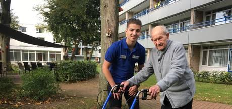 Met hulp van wandelmaatje Jordy komt Jan (96) uit Hapert weer buiten