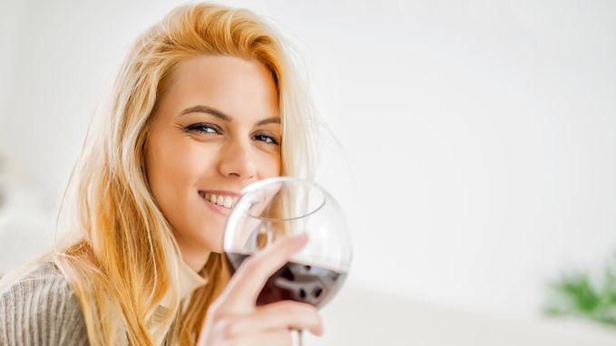 Waarom wijn beter smaakt als het uit een dure fles komt