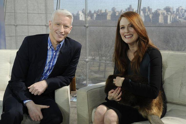Cooper tijdens een interview met actrice Julianne Moore. Beeld reuters
